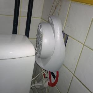 Чтоб в туалете не дуло из дыры в стене эту самую дыру прикрывает вентилятор
