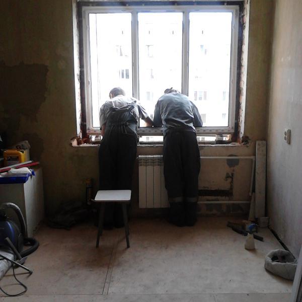 Под окном после установки образовалась пустота, которая в последствии была просто запенена.