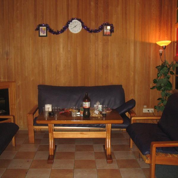 Это столы и диваны, где можно принять пищу)