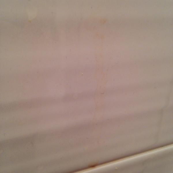 Подтек в туалете на стене
