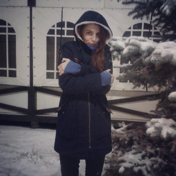 На самом деле я притворяюсь, это просто первый снег - в куртке  тепло.))