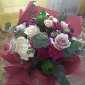 Цветы с доставкой курьера, букет из 9 красных роз с рускусом