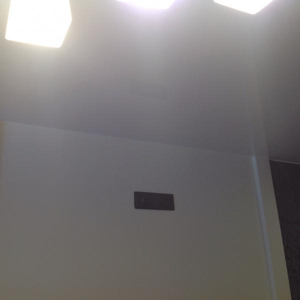 С обоих сторон комнаты по две колонны))