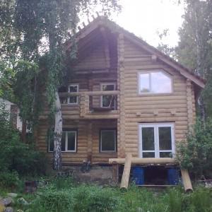 Дом почти достроил.