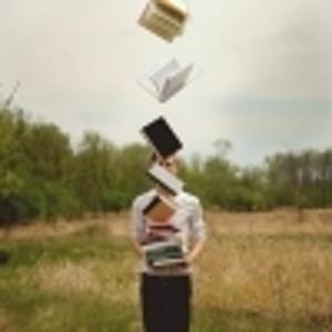 Парень с книгой в руке