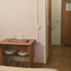 Справа шкаф , телевизор, вешалка, зеркало, в комнате за столом туалет, душ.