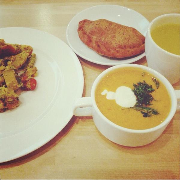 Овощной крем-суп, сабджи с паниром, самоса со шпинатом и имбирно-лимонный напиток.