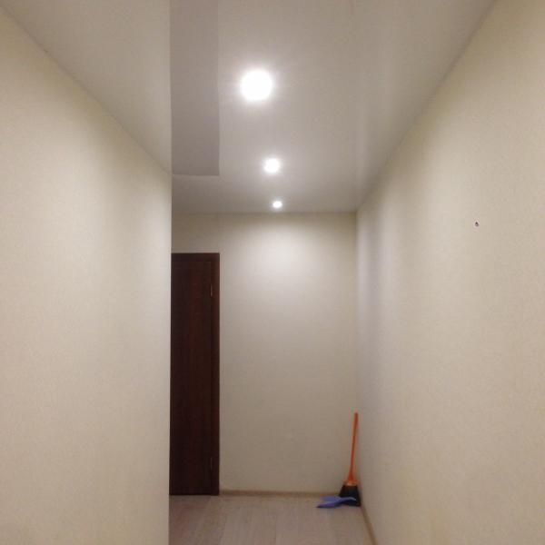 коридор после натяжки потолков стал в несколько раз светлее
