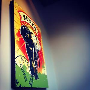 Стены увешаны красивыми эмблемами кофе из разных стран!