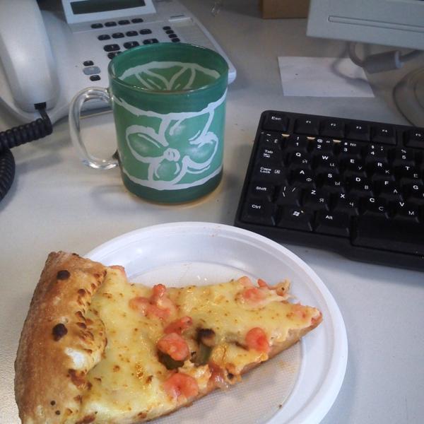 """Как здорово подкрепиться пиццей """"маринера"""" в процессе работы в офисе."""