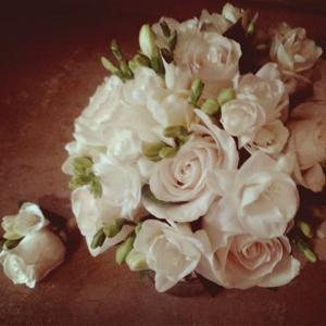 Букет невесты и бутоньерка жениха.