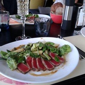 Салат с тунцом medium rare