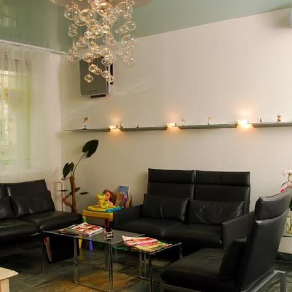 Уютная атмосфера, ароматный кофе, разнообразные сорта чая и WiFi скрасят время ожидания приёма