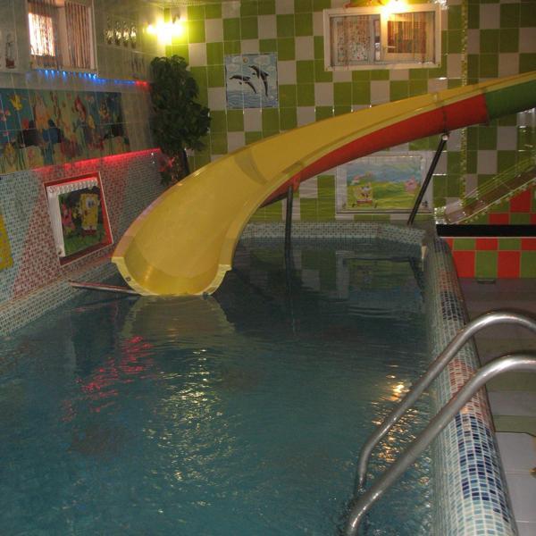 Горка и бассейн