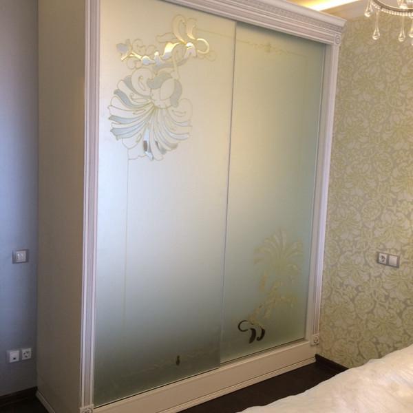 Раздвижные двери с витражом на зеркале мателак сильвер