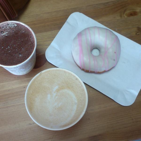 Капучино большой, горячий шоколад и пончик