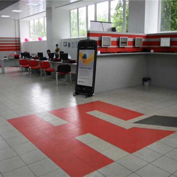 в торговом зале стоят компьютеры с сайтом юлмарта