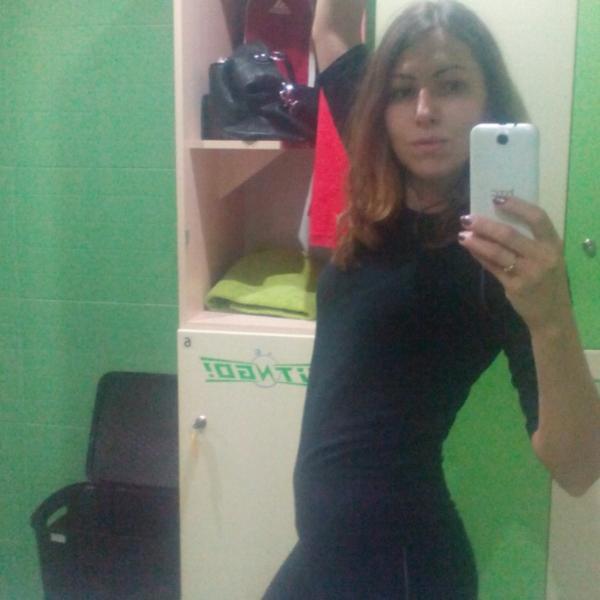 Вот такой костюм выдают для тренировки.  Шкаф, вид изнутри: полочка и штанга.