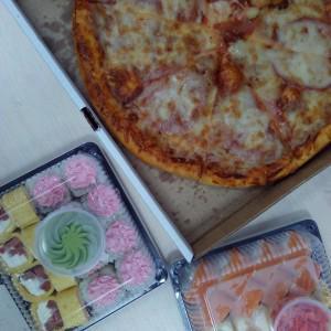 Роллы вкусные и нежные,а вот пицца просто ужасная, она просто вросла в коробку и ее было не оторвать