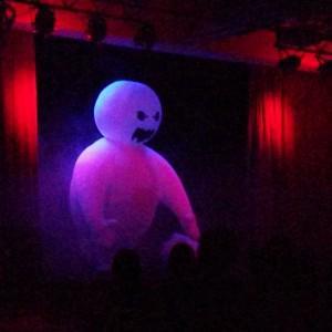 Огромный снеговик, герой Фрозен шоу.