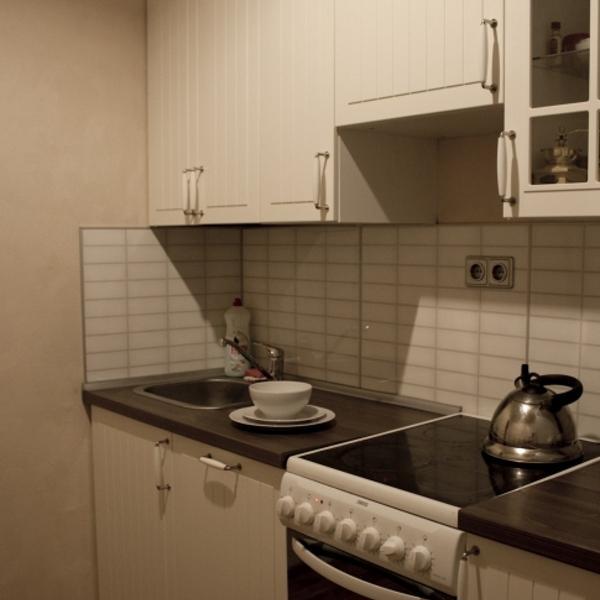 Моя кухня, посуда стоит на ней.