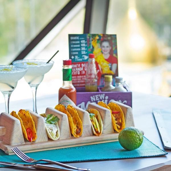 У нас можно попробовать традиционные мексиканские блюда, например такос со всевозможными начинками