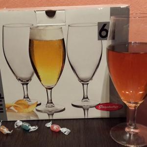 Вот они, эти замечательные бокалы.  На столе, рядом, комплимент от магазина. Пустяк, а приятно.