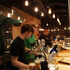 Наливают крафтовое пиво