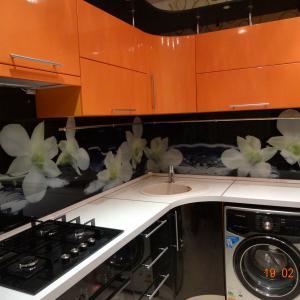 Угловая кухня с фартуком из каленого стекла.