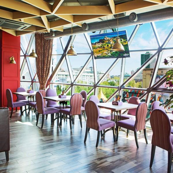 Почти все столы в нашем ресторане оказываются у окна, откуда открывается прекрасный вид на город.