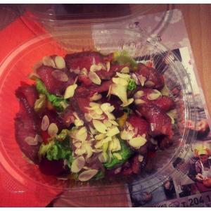 Салатик с телятиной, сливой и овощами :)