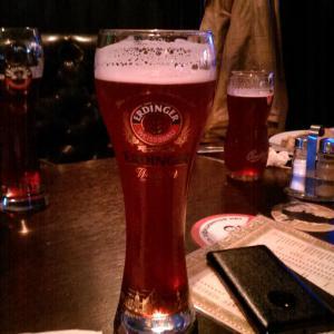 Вишневое пиво,почему-то в стакане пива Эрдингер
