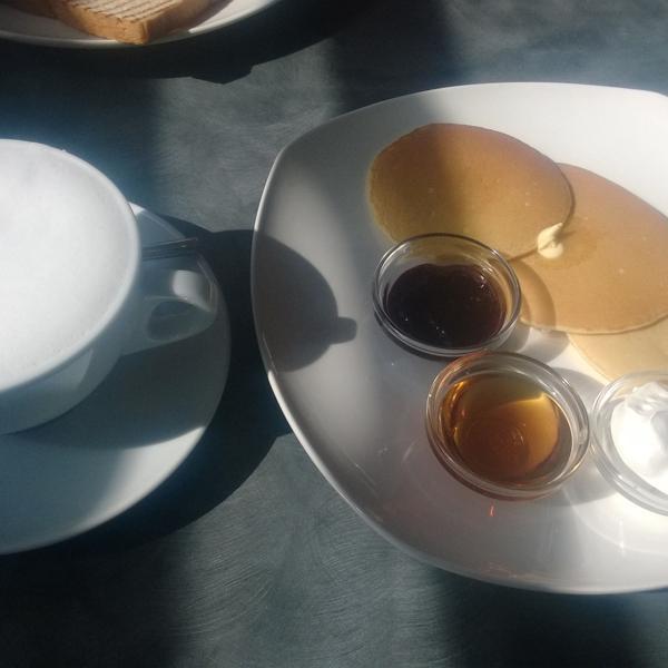 Завтрак с панкейками со взбитыми сливками и пюре из ягод. С чашкой кофе по купону для фламперов!