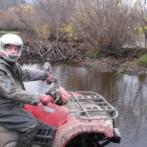 Сергей позирует мне на переезде ручья