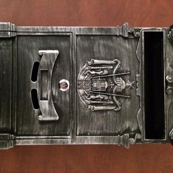 Ящик был упакован в подарочную коробку. В комплекте крепления для ящика на стену.