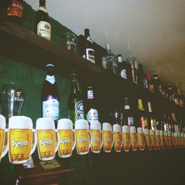 Стены красиво оформлены бутылками, бокалами