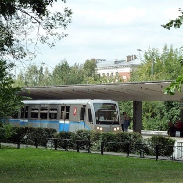 Лето, вид на станцию со стороны Измайловского лесопарка.