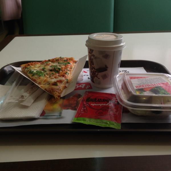 """Pizza Mia на пр. Ленина, 83.  На фото: Пицца Баварская, салат """"Греческий"""", кофе Американо."""