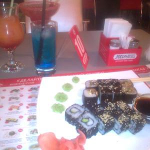 Суши с коктейлями.