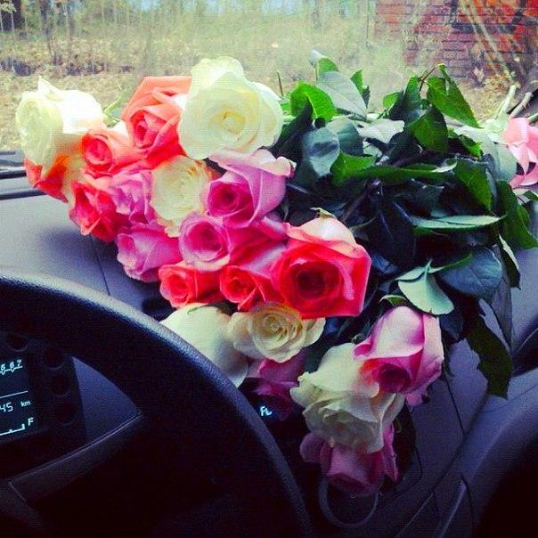 Букет цветов в машине на сиденье фото