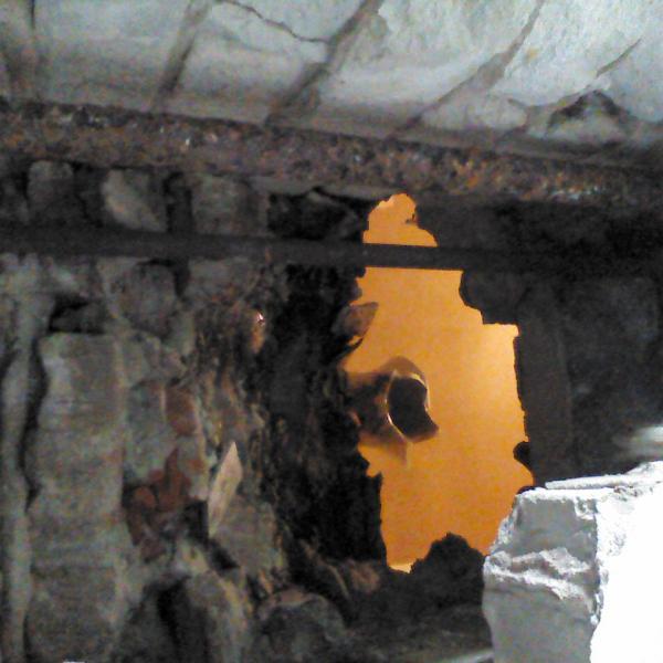 Разбитая стена и унитаз